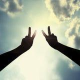 Friedenshandzeichen im Himmel Stockfotos