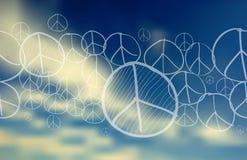 Friedenssymbol über unscharfem Hintergrund des blauen Himmels Stockfotografie