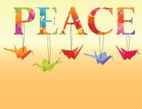Friedenstext mit Papierkränen des bunten Origamis Lizenzfreies Stockfoto