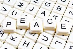 Friedenstext-Wortkreuzworträtsel Alphabetbuchstabe blockiert Spielbeschaffenheitshintergrund Lizenzfreies Stockbild