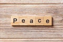 Friedenswort geschrieben auf hölzernen Block Friedenstext auf Tabelle, Konzept Lizenzfreie Stockfotografie