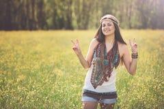 Friedenszeichen von lächelnder Hippie Stockfoto