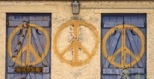 Friedenszeichen wiederholte Symbol auf verlassenem Gebäude Lizenzfreie Stockfotografie