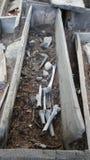 Friedhof mit offenen Gräbern stockfotografie