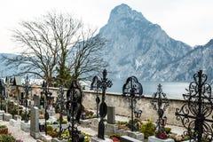 Friedhof neben einem See Stockfotos