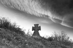 Friedhof und Wolken lizenzfreie stockfotografie
