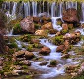 Friedlich flüssiger Strom und Wasserfälle Lizenzfreies Stockbild
