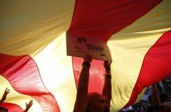 Friedlich Protest gegen die Festnahmen von zwei katalanischen Separatistführern und ihre Befreiung verlangen Stockbild