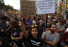 Friedlich Protest gegen die Festnahmen von zwei katalanischen Separatistführern und ihre Befreiung verlangen Stockfotografie