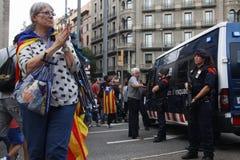 Friedlich Protest gegen die Festnahmen von zwei katalanischen Separatistführern und ihre Befreiung verlangen Lizenzfreie Stockfotografie