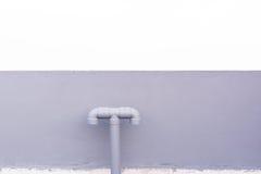 Friedliches System des Wassers installieren mit der Betonmauer Lizenzfreies Stockfoto