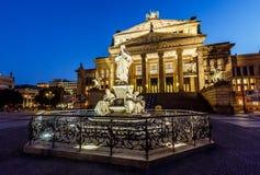 Friedrich Schiller Sculpture e sala de concertos em Gendarmenmarkt imagens de stock