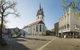 FRIEDRICHSHAFEN, DEUTSCHLAND - 20. APRIL 2016: St. Nikolaus Church und Rathaus in Friedrichshafen Stockfotos