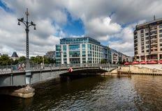 Friedrichstrasse bro över festfloden i Berlin, Tyskland Royaltyfria Bilder