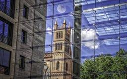 Friedrichswerder kyrka i Berlin, skott till och med glasväggen royaltyfria bilder