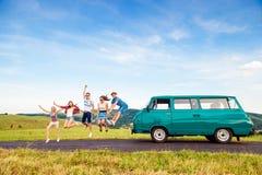 Frieds sautants avec la nature campervan et verte et le ciel bleu Image libre de droits