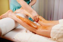 Friegue el masaje del cuerpo imagenes de archivo