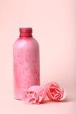 Friegue la botella y las rosas fotos de archivo
