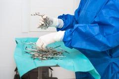 Friegue a la enfermera que prepara los instrumentos médicos para la operación imagen de archivo
