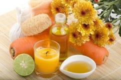 Friegue las zanahorias, miel, aceite de oliva para la piel sensible, añada los tratamientos del balneario del limón. Imagen de archivo libre de regalías