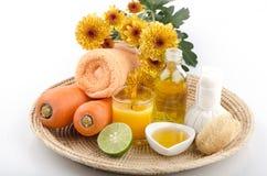 Friegue las zanahorias, miel, aceite de oliva para la piel sensible, añada los tratamientos del balneario del limón Fotos de archivo libres de regalías