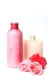 Friegue y las botellas de la crema hidratante imagen de archivo