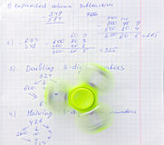 Friemel het verlichtende stuk speelgoed van de spinnerspanning op notitieboekjeachtergrond stock foto