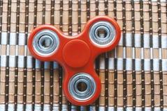 Friemel spinner op een geweven natuurlijke materiële oppervlakte Spanning aangaande Stock Fotografie