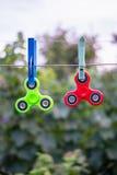 Friemel spinners op draad royalty-vrije stock afbeeldingen