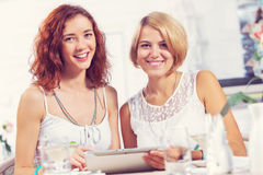 Friend chat at cafe Royalty Free Stock Images
