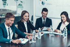 Friendly商人工作Company在会议室 企业生意人cmputer服务台膝上型计算机会议微笑的联系与使用妇女 免版税库存照片