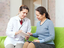 Friendly doctor examining mature woman Royalty Free Stock Photography