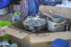 Friendo las sardinas afuera Fotografía de archivo libre de regalías