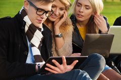 Friends browsing in park Royalty Free Stock Photography