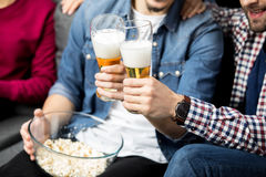 Friends drinking beer Royalty Free Stock Images