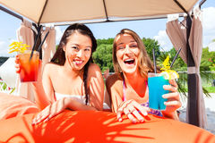 Friends drinking cocktails in beach bar Royalty Free Stock Images