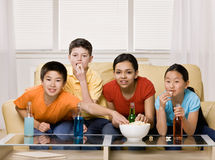 Friends drinking soda and eating popcorn Royalty Free Stock Images