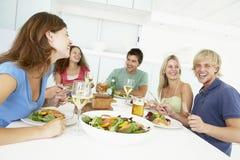friends having home lunch relaxing Στοκ φωτογραφία με δικαίωμα ελεύθερης χρήσης