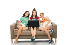 Friends with laptop computer sitting on sofa Royalty Free Stock Photography