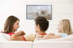 friends living room television three watching στοκ φωτογραφία