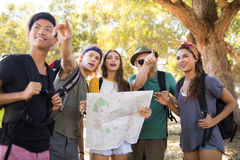 Friends with map gesturing Royalty Free Stock Photos