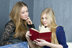 Friends read the book Royalty Free Stock Photos