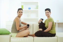 Friends sitting on couch Royalty Free Stock Images