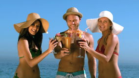 Friends with straw hat clinking their cocktails Royalty Free Stock Photos