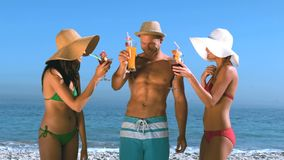 Friends with straw hat drinking cocktails Royalty Free Stock Photography