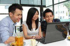 Friends using a laptop Royalty Free Stock Photos