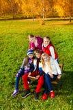 Friens adolescentes en parque Imagenes de archivo