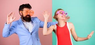 Frienship dell'uomo e della donna felici hipster Coppie felici nel partito fotografia stock