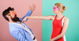 Frienship dell'uomo e della donna hipster coppie in vetri del partito di fotografia stock