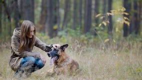 Frienship - muchacha y su animal doméstico en parque del otoño - pastor alemán Imagenes de archivo